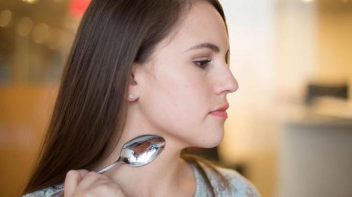 12 блестящих идей использования ложки в качестве инструмента красоты
