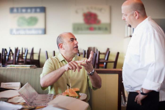 Какое поведение клиентов раздражает официантов: 5 примеров