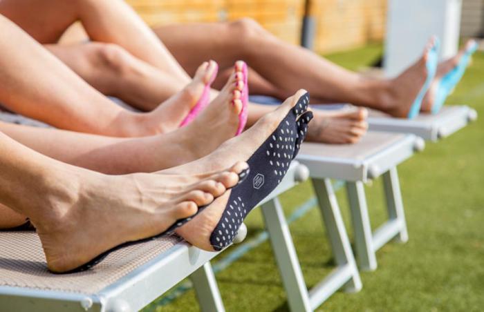 В Италии пляжные шлёпанцы заменили наклейками на ноги
