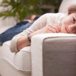 Как себя ведут влюбленные девушки: признаки влюбленности, жесты, внимание и отношение к парню