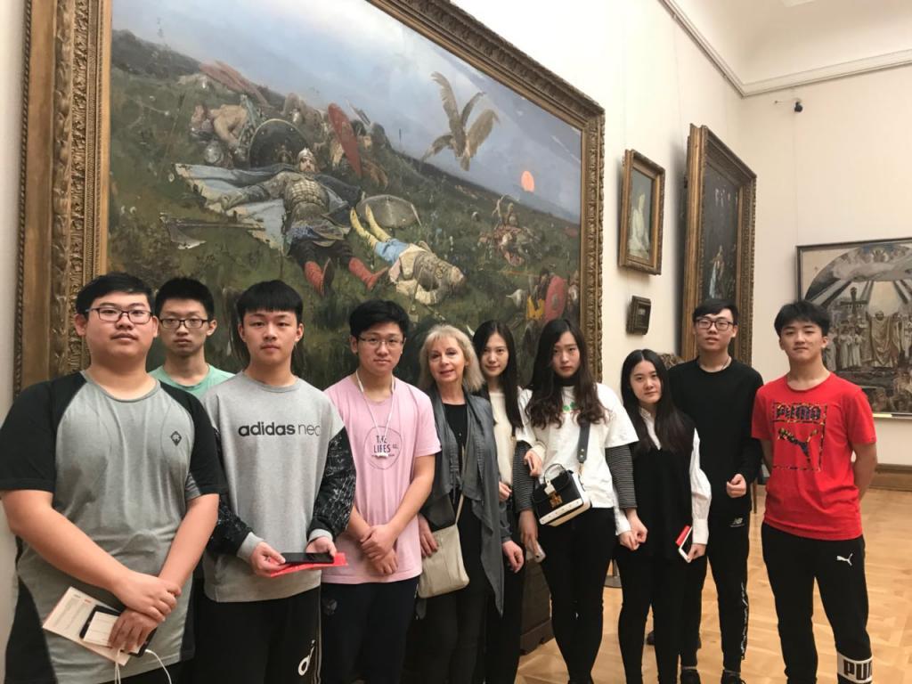 посетители возле картины Васнецова