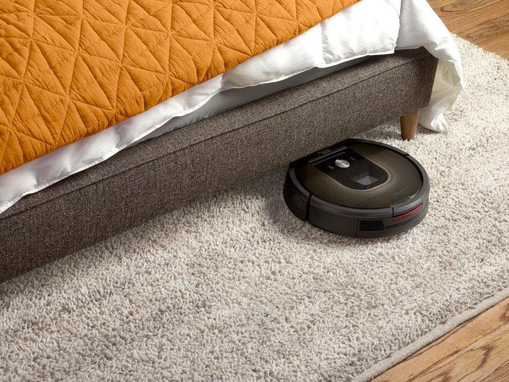 пылесос чистит пол под кроватью