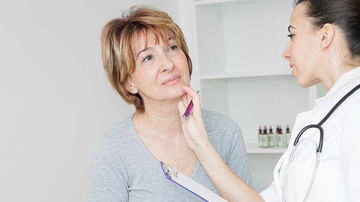 Врач определяет причины головной боли при климаксе