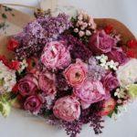 С какими цветами сочетаются розы в букете: грамотное сочетание, советы флористов, фото