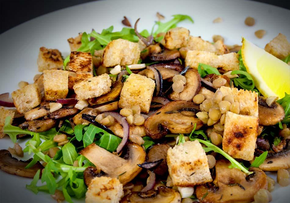 салат с рыбными потрохами и грибами