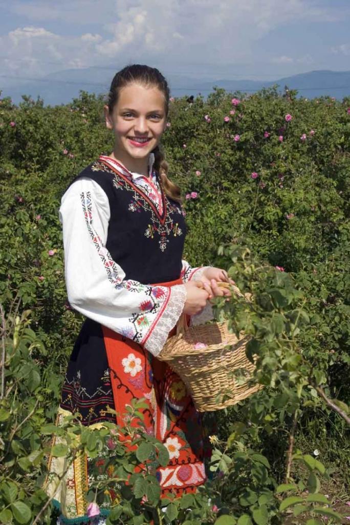 девочка в болгарском костюме