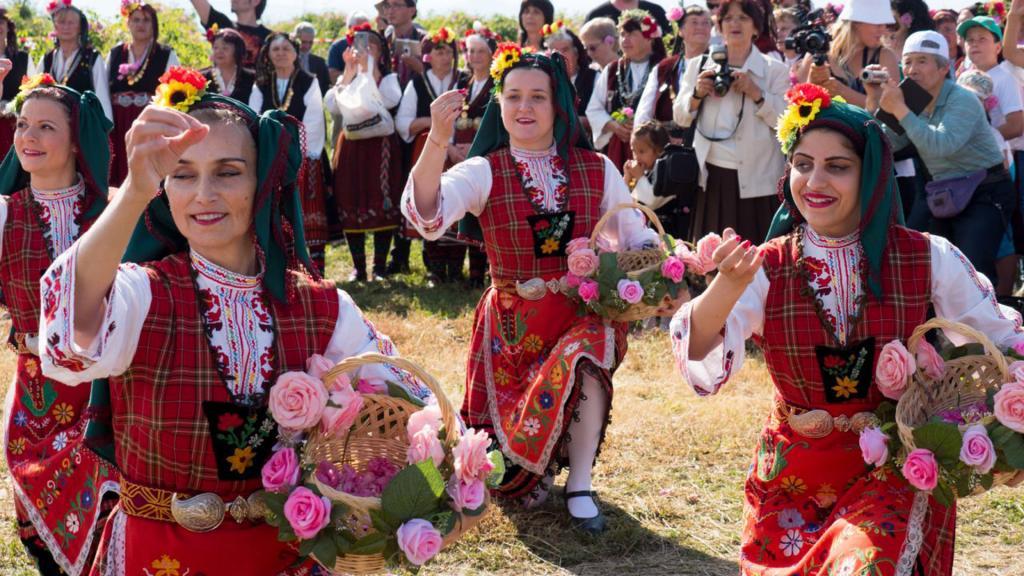 женщины в национальных платьях