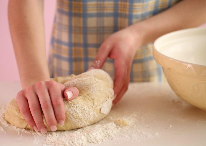 Обминаем тесто.