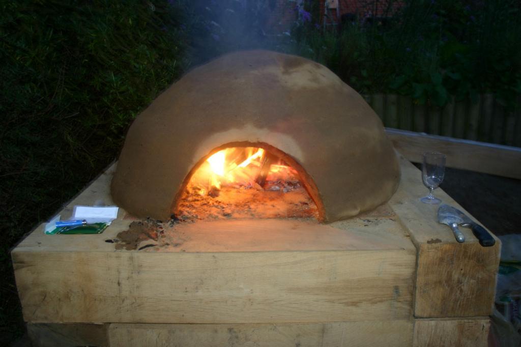 На снимке изображена глиняная печь
