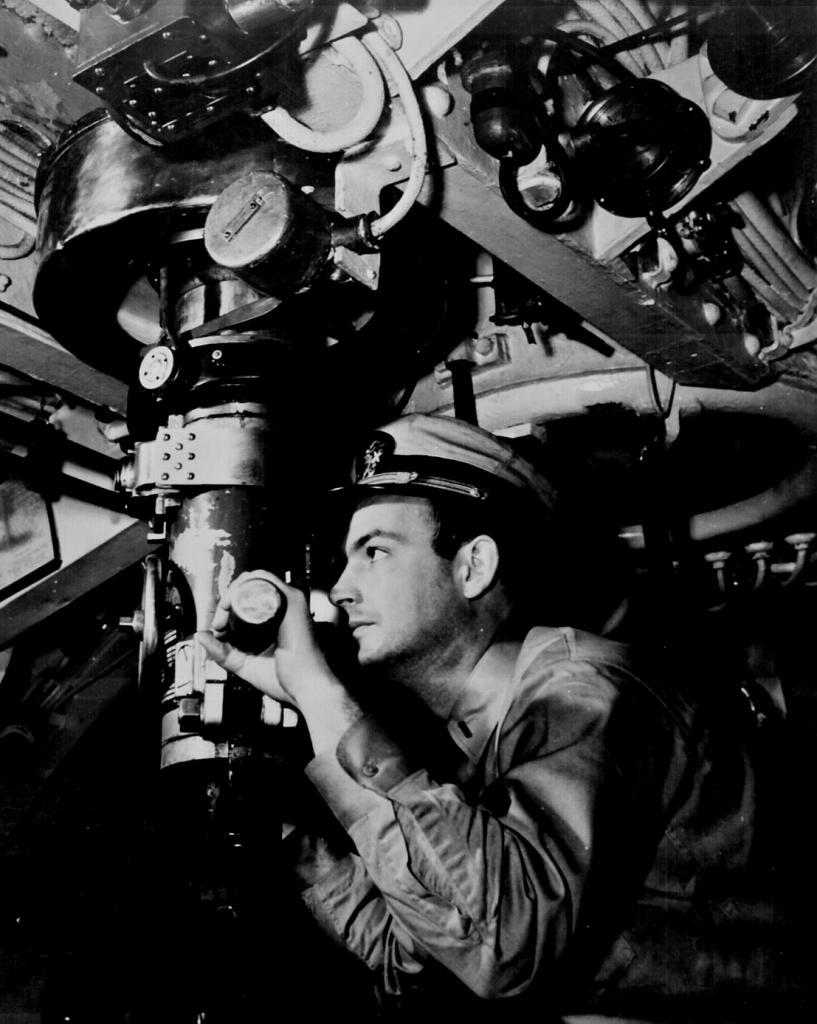 Подводник ведет наблюдение посредством перископа