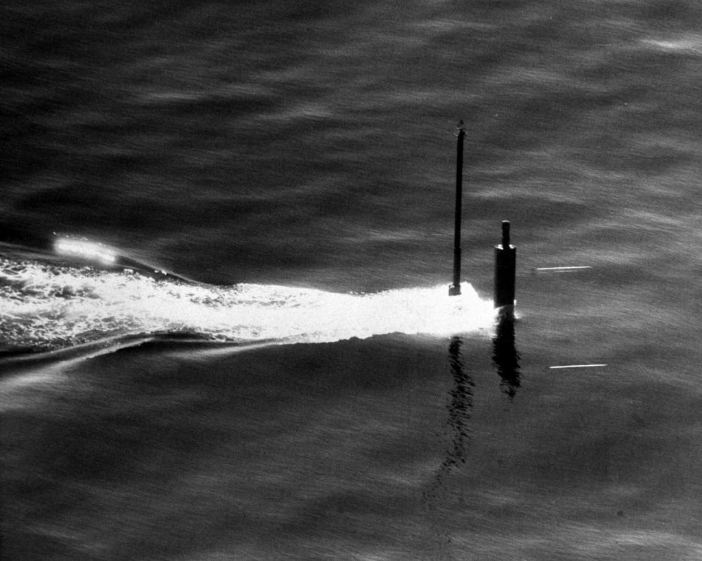 След буруна от перископа субмарины