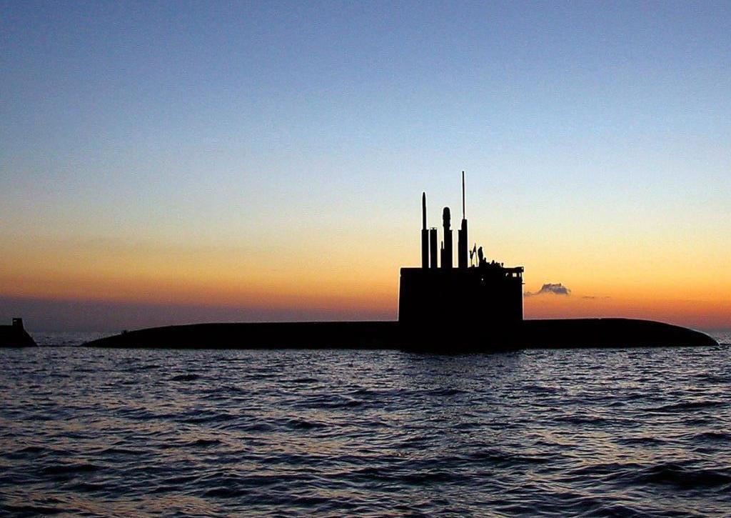 Силуэт подводной лодки с перископами