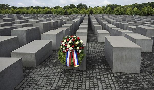 Венок возле мемориала