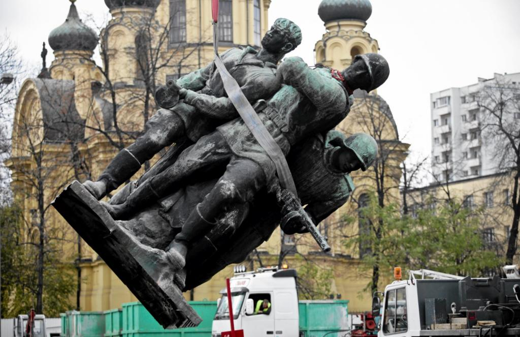 Снос советских памятников