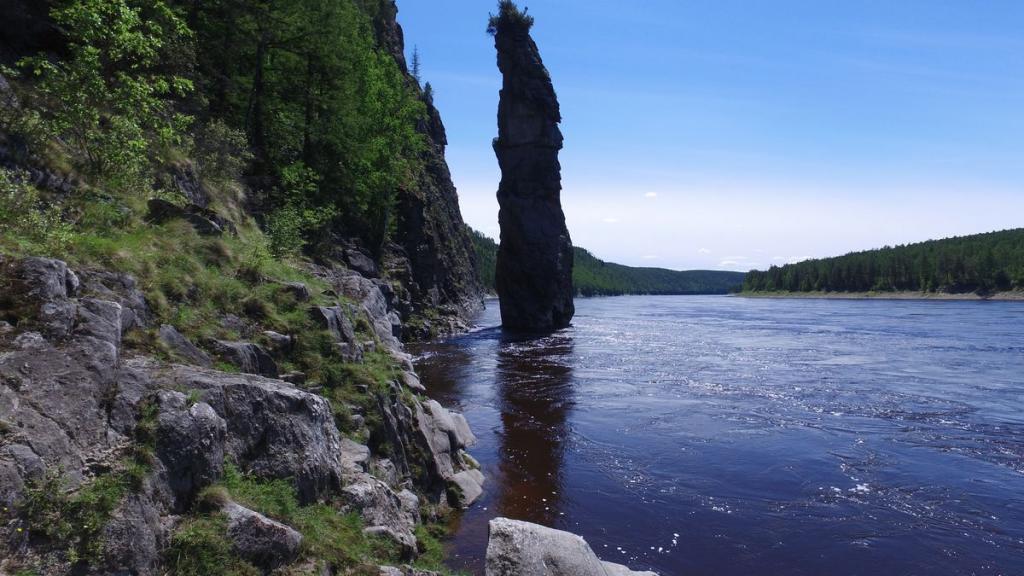 """""""каменный палец"""" в реке Олекма"""