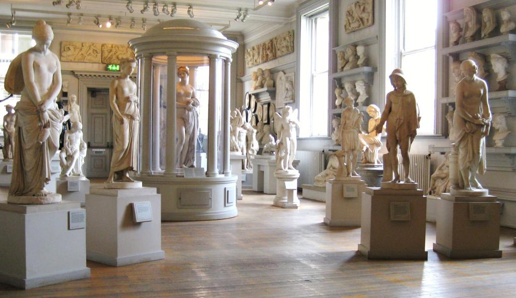 Скульптуры в музее