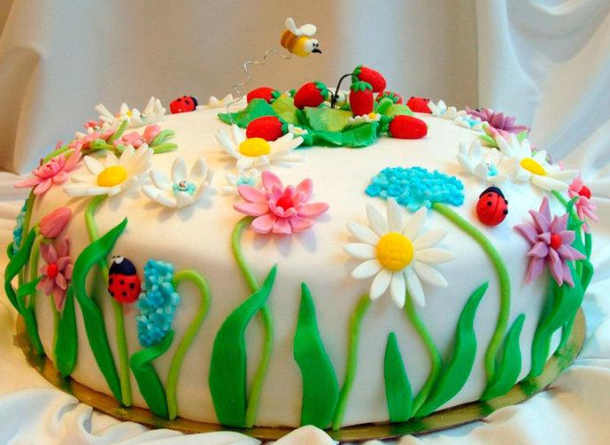Торт, украшенный мастикой.