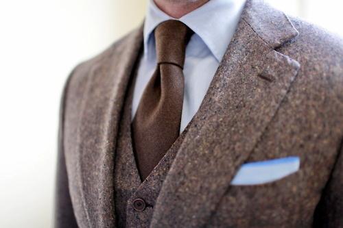 Коричневый деловой костюм