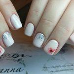Нежный маникюр с блестками на короткие ногти (фото)