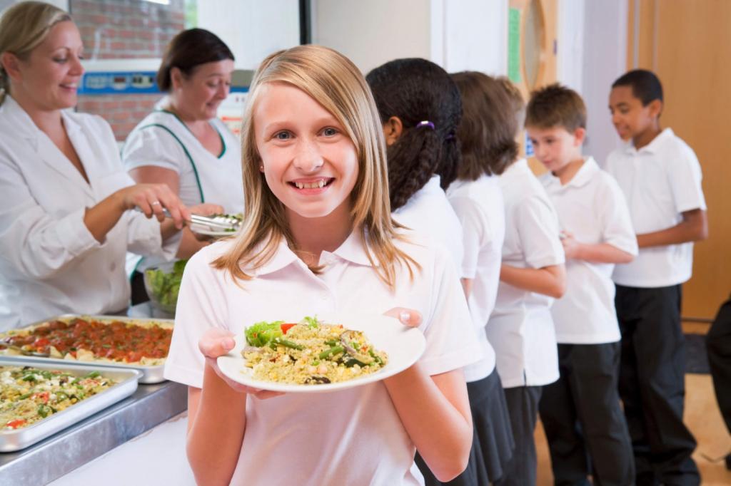 девочка с тарелкой еды