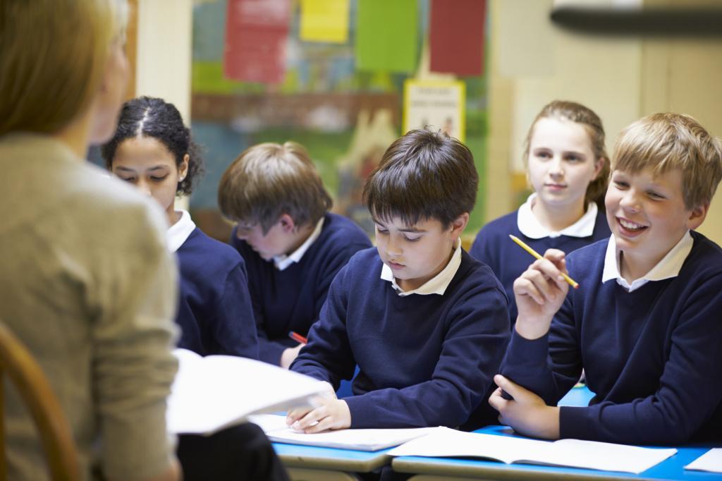ученики слушают учителя