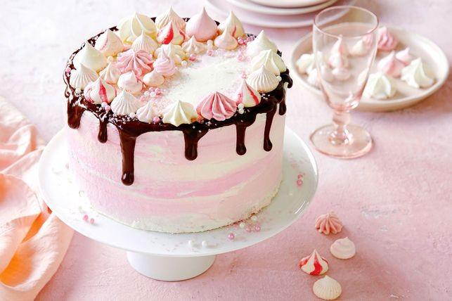 торт украшен безе