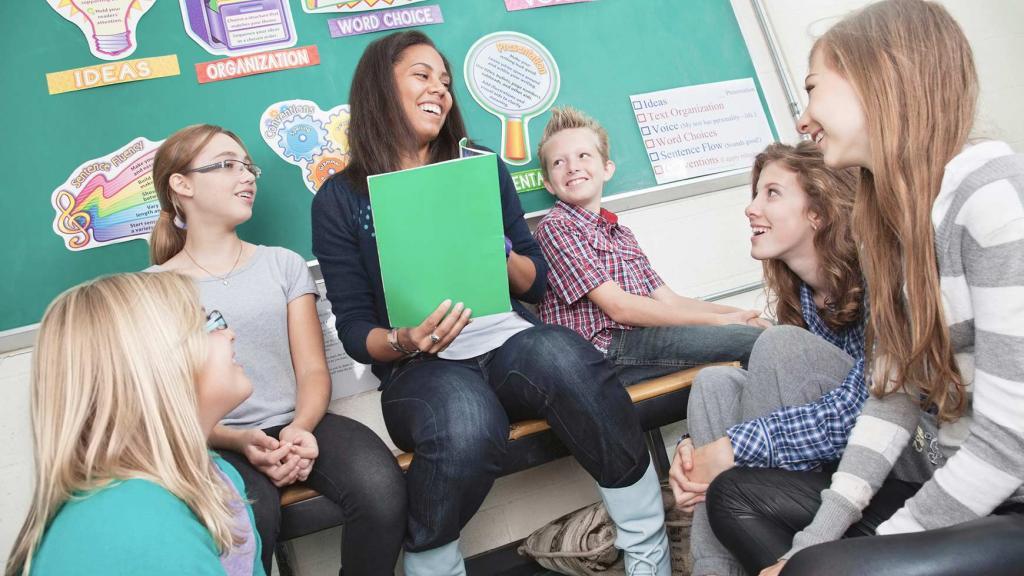 учительница и ученики улыбаются