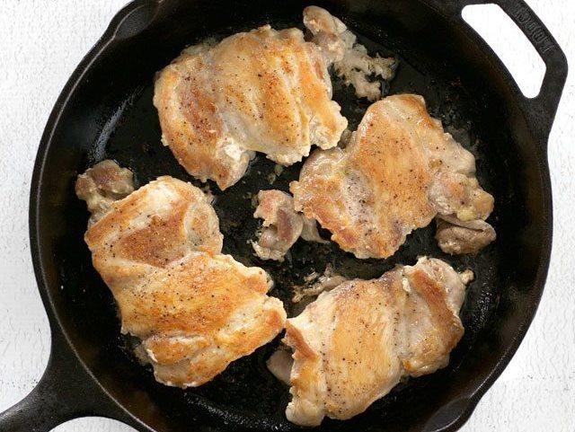 Курица на сковороде.