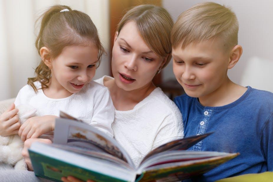 Читает с ребенком