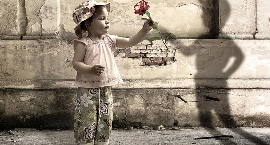 девочке дарит цветок воображаемый мальчик