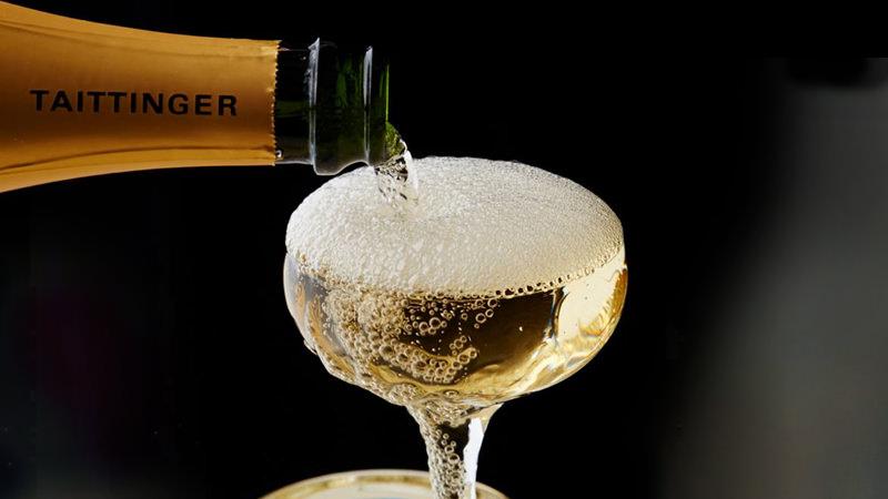 Бокал и игристое вино