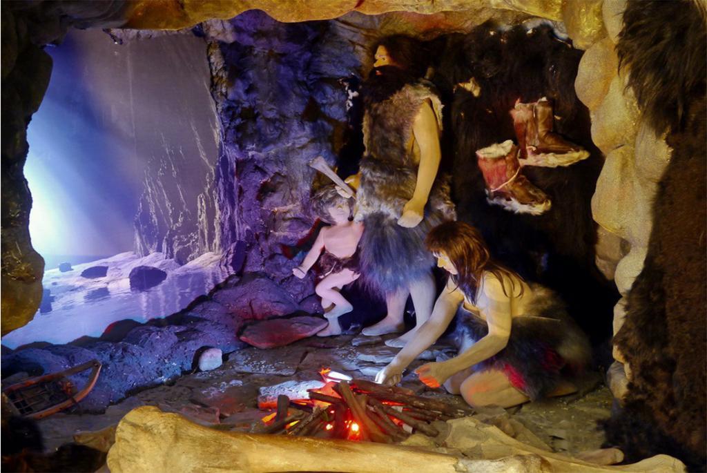 """Сценка """"Первобытные люди в пещере"""""""