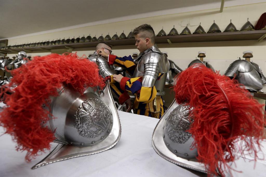 Ватиканский стражник одевает латы