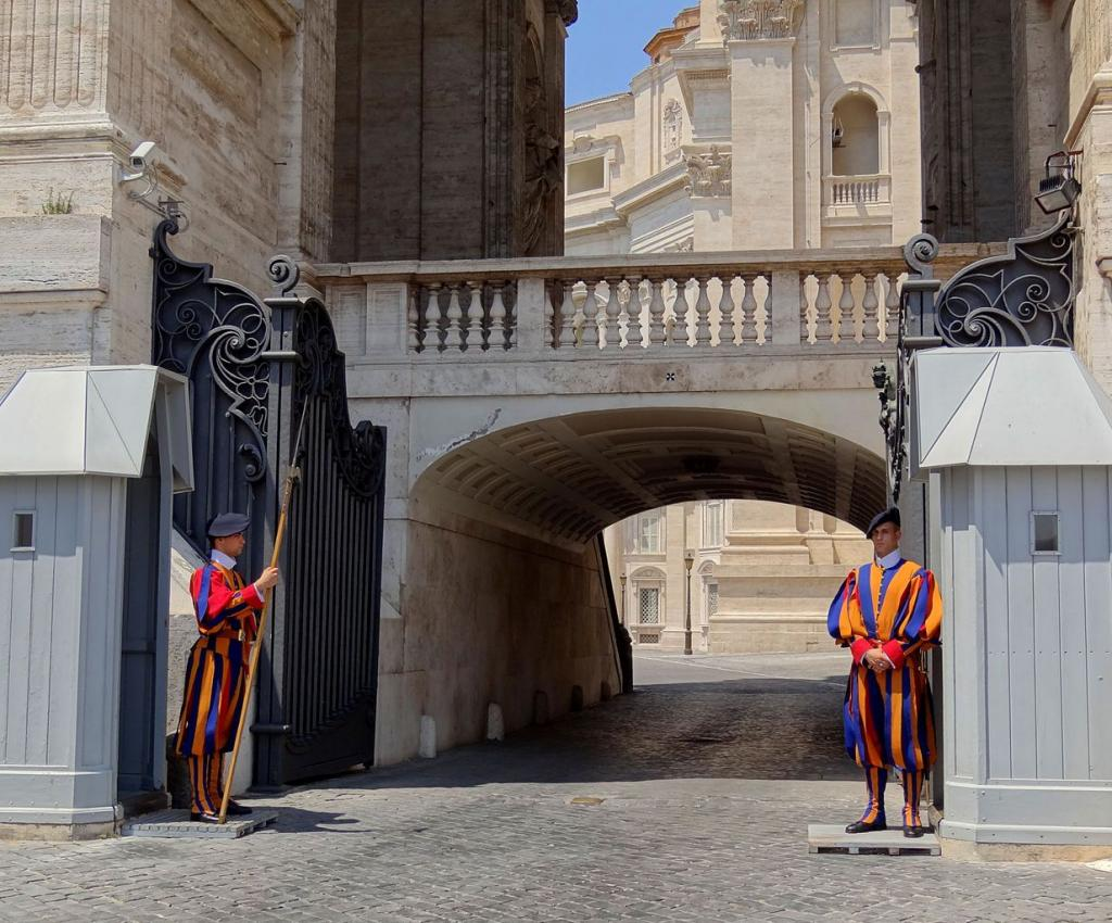 Стража Ватикана несет караул