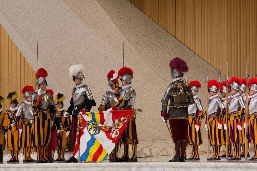 Ватиканские стражники развернули флаг