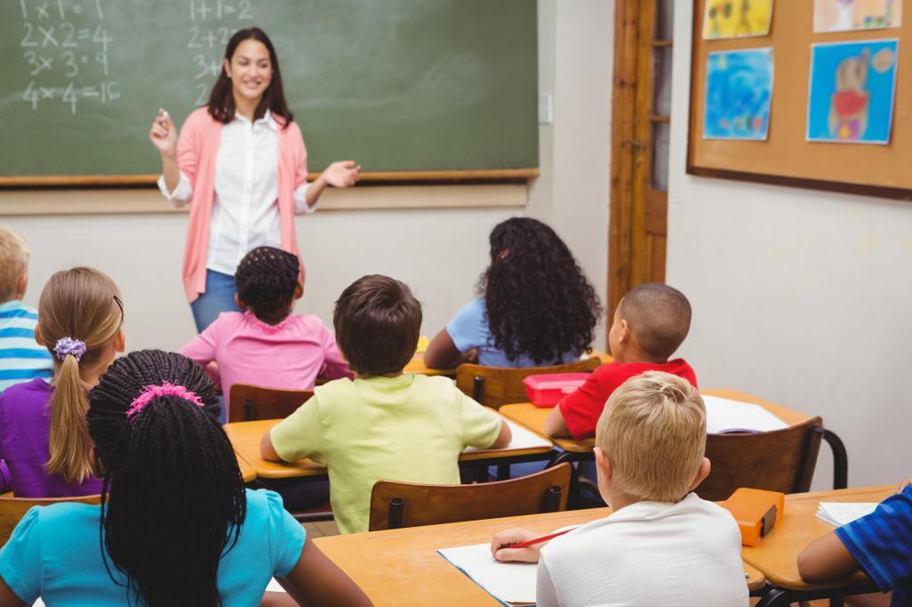 учитель рассказывает ученикам
