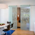 Раздвижная перегородка между кухней и гостиной для зонирования пространства: плюсы и минусы, вариант...