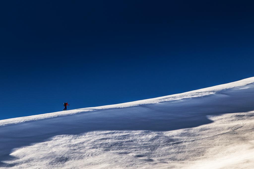 Человек поднимается на гору.