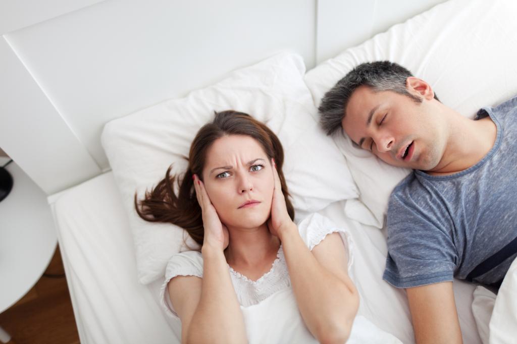 муж храпит не могу спать что делать