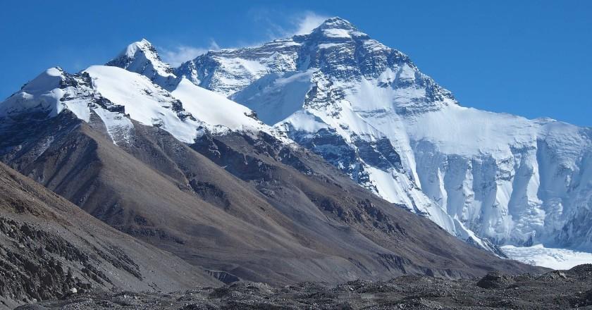 Покрытая льдами вершина Эвереста
