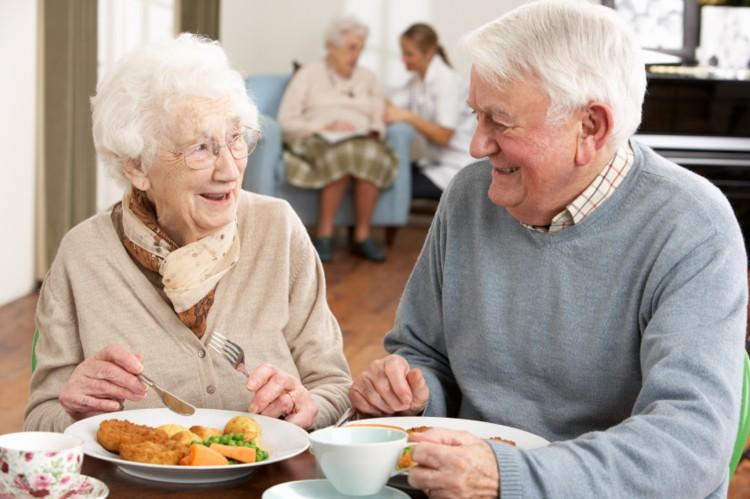 старые люди за столом