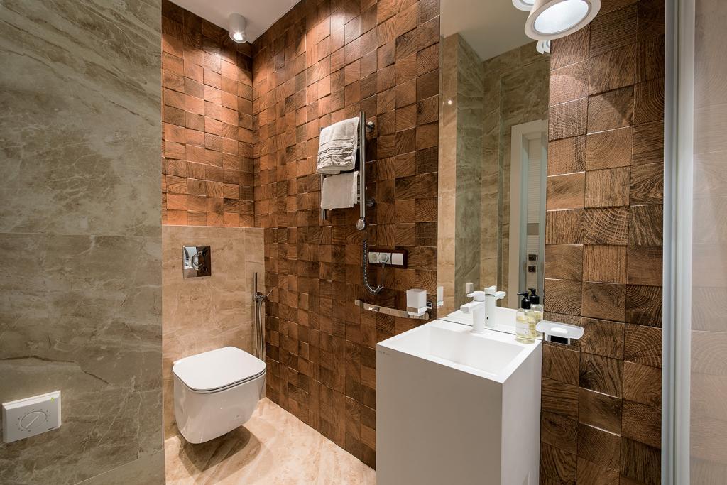 на фото туалет, сделанный в гармоничном декоре