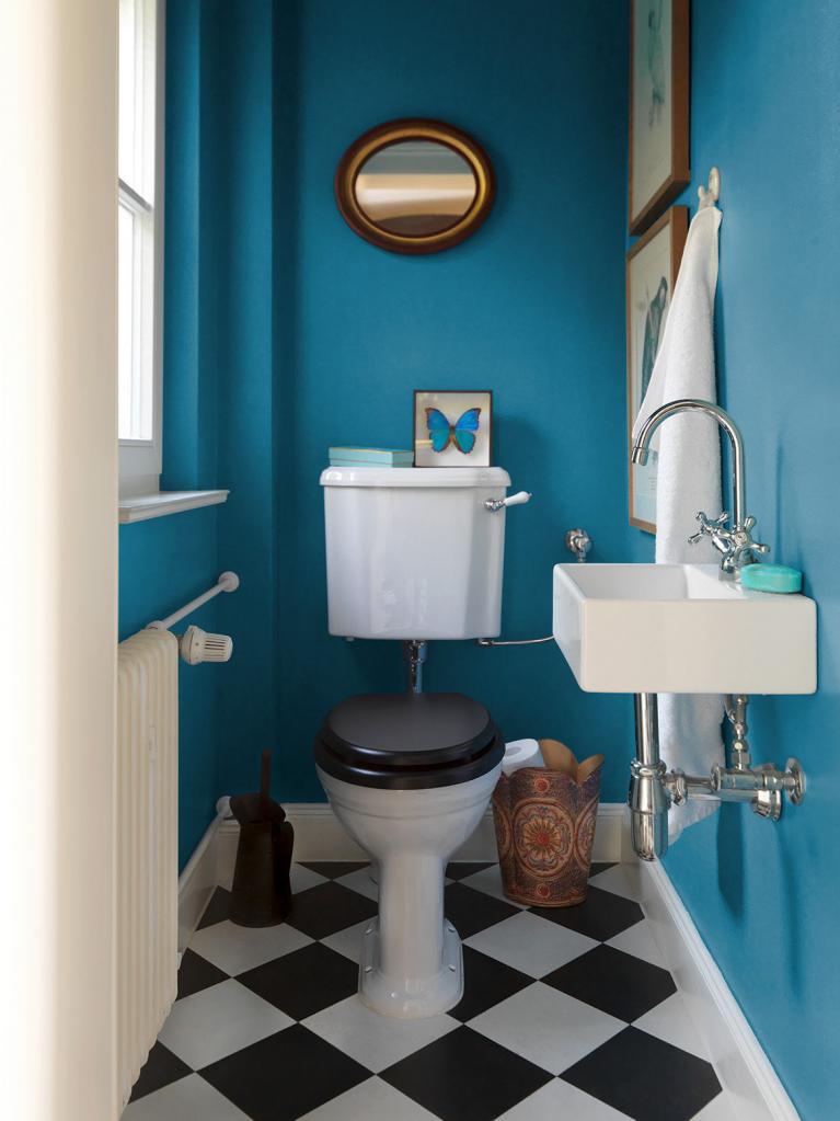 декор туалета в синем стиле