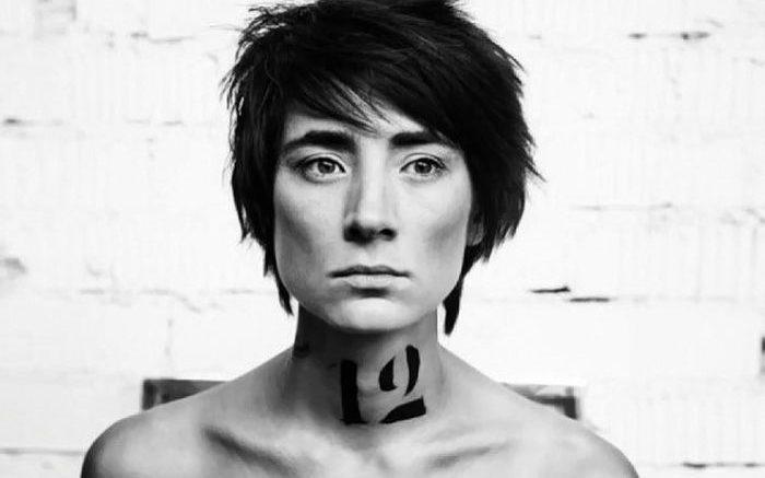 Татуировка певицы Земфиры на шее