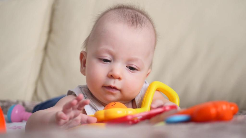 Ребенок изучает игрушку