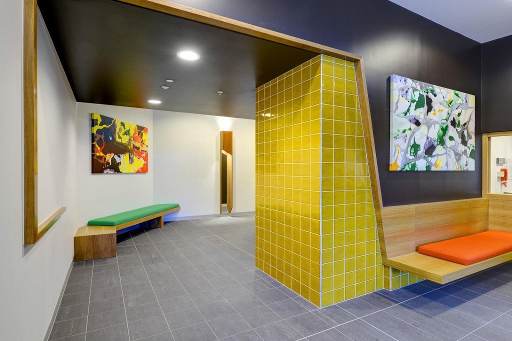 Желтая мозаика в интерьере
