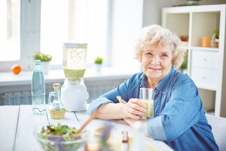 пожилая женщина со стаканом сока