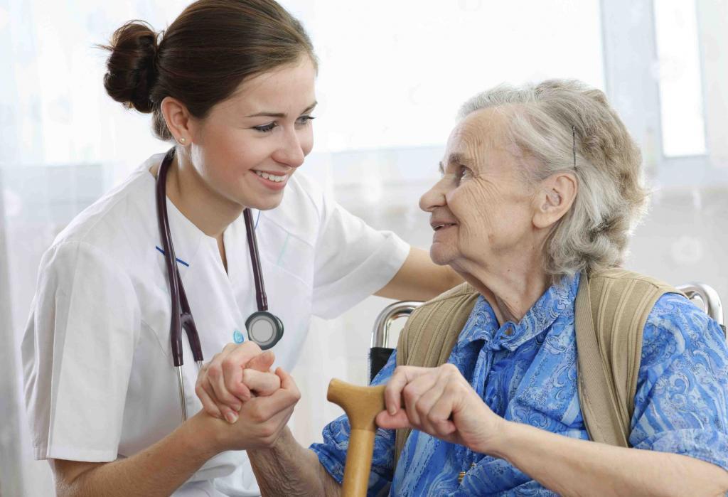 врач со старой женщиной