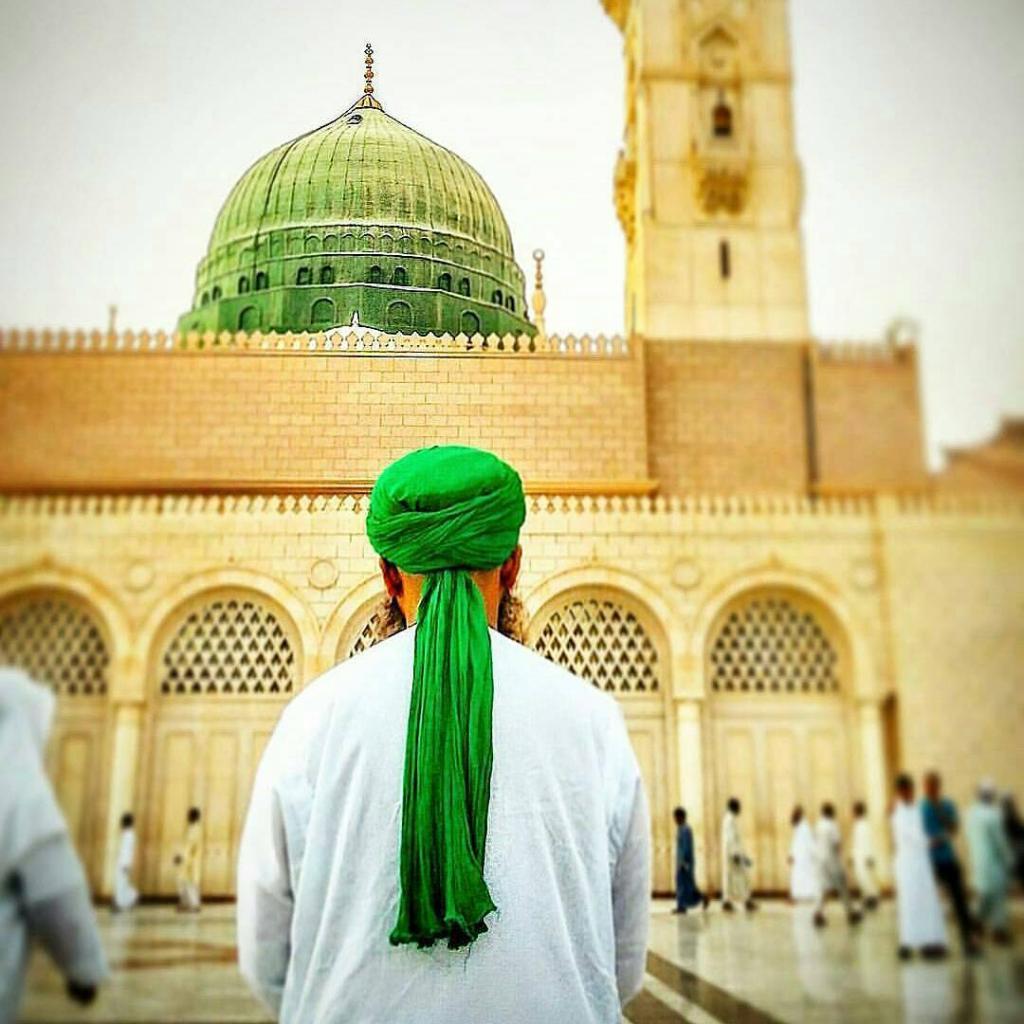 Мусульманин перед мечетью