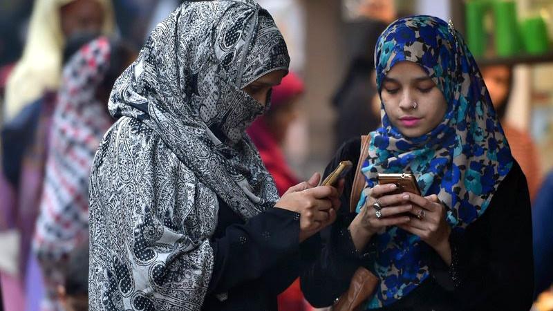 Мусульманки с телефонами